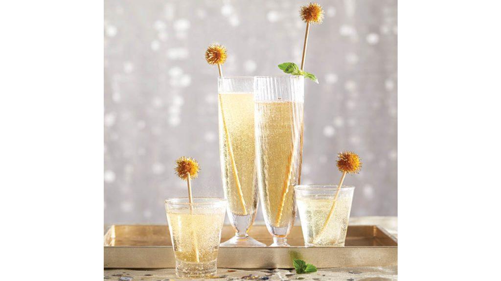 Cuatro copas de cócteles sin alcohol espumosos 'Champagne'